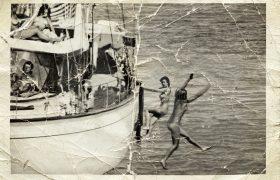 John F. Kennedy met naakte dames op een boot